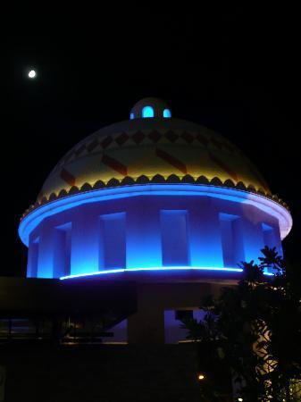 โรงแรมเคมพินสกิมอลล์ออฟดิเอมิเรต: Pool side at night