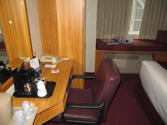 Microtel Inn & Suites by Wyndham Ann Arbor: Desk and chair