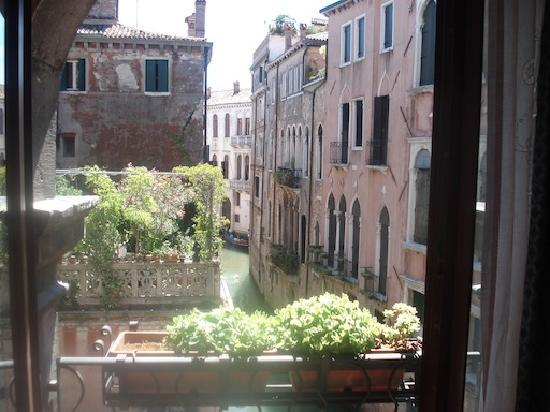 Foresteria Valdese Venezia: View of the canal