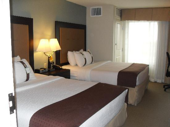 Holiday Inn & Suites Airport: Standard suite with 2 queen beds that was separated from other area