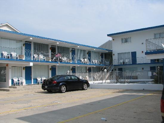 Tide Winds Motel: Motel from Parking Lot