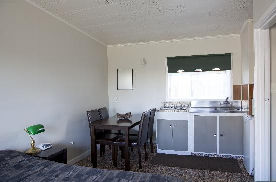 Apple Motor Inn: Kitchenette in Small Family Room