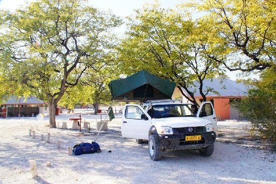 Halali Resort: Campsite with ablution block and covered kitchen area behind