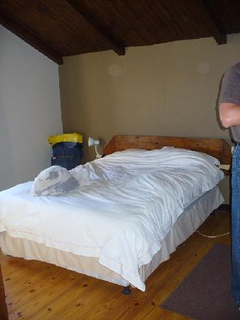 Villa Wiese Backpackers Lodge: Double room. Small ensuite with toilet, basin and shower