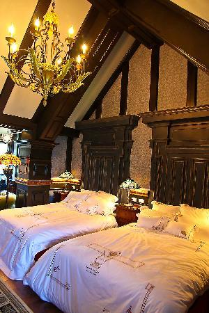 The Old England Manor: Your bedroom of 2 Queen size beds