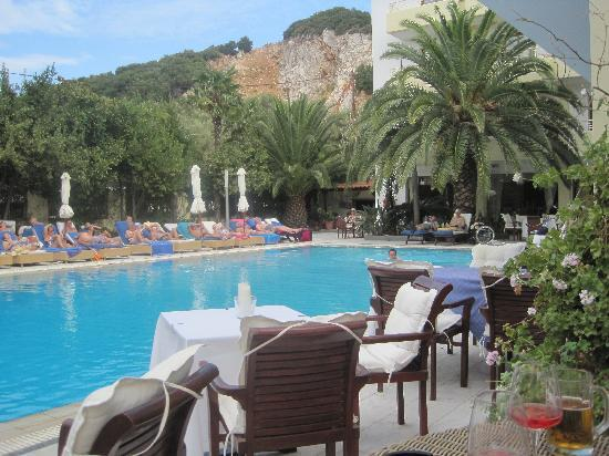 La Piscine Art Hotel: Relaxed at table by the pool