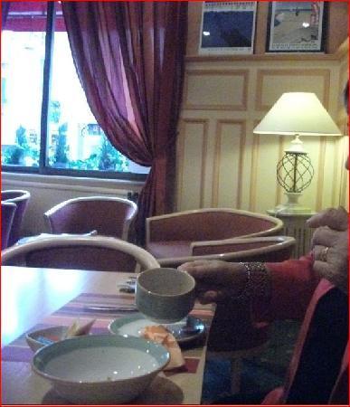 Inter Hotel Continental : salle du petit-déj : feutrée mais pas assez aérée