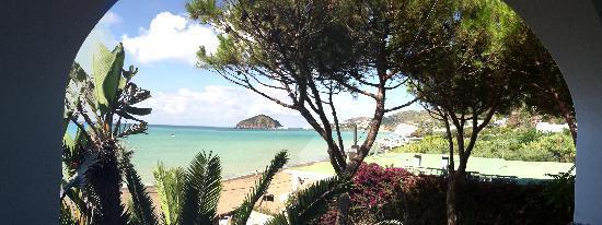 هوتل باركو سميرالدو تيرمي: Blick aus dem Appartment Mezziogiorno auf den Maronti Strand und S. Angelo