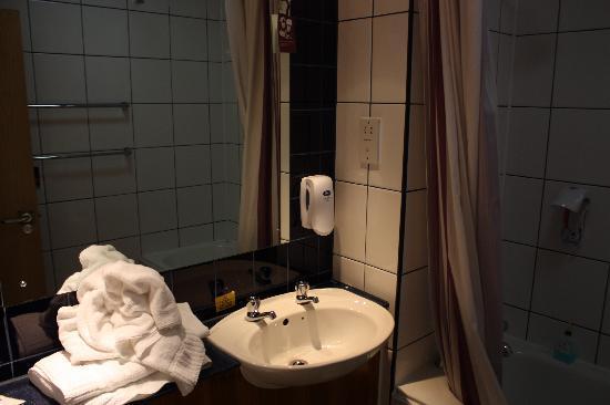 Premier Inn Liverpool Rainhill Hotel: Bathroom