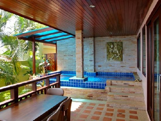 Sandalwood Luxury Villas : Our infinity pool (little cold)