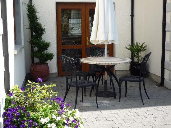 Avlon House Bed and Breakfast: Avlonhouse Bed & Breakfast part of Patio area