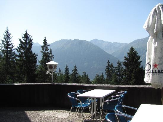 Hotel Pension Tyrol: restaurant terrace view