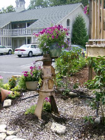 Ephraim Motel: Garden art