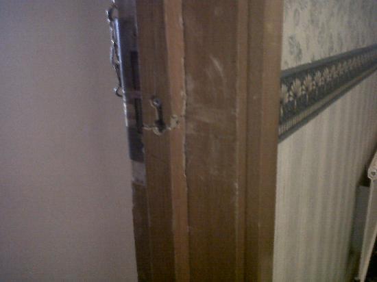 Royal Bath Hotel Spa: Broken into door frame