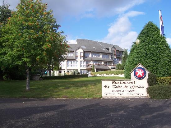 Hotel Le Gerfaut : vue de l'h^tel en venant de Salers