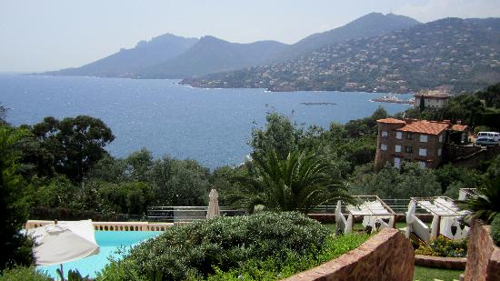 Hotel Tiara Yaktsa Cote d'Azur.: View from Balcony over the infinity pool