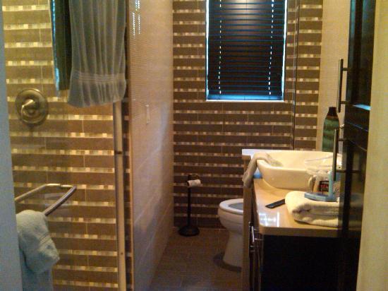 إن أون ذا بيتش: Bathroom