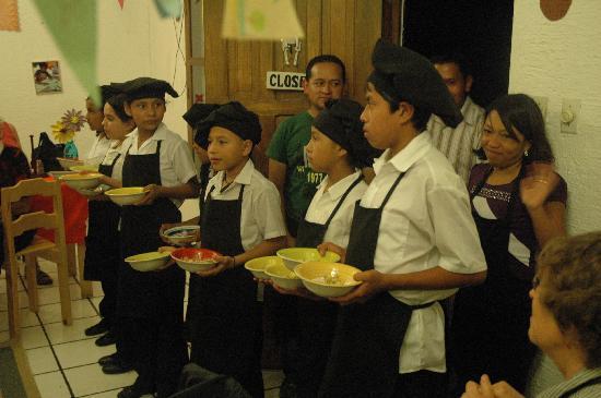 KIDS Restaurant: Presenting the dessert!