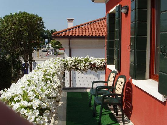 Casa Malvina: La terrazza contornata dai fiori dove ci si può sedere per momenti di relax