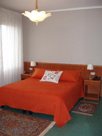 Casa Malvina: Le camere una singola due matrimoniali e due a letti separati sono arredate con colori diversi