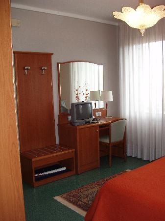 I mobili di linea classica sono in ciliegio massello rendendo la camera accogliente picture - I mobili sono detraibili ...