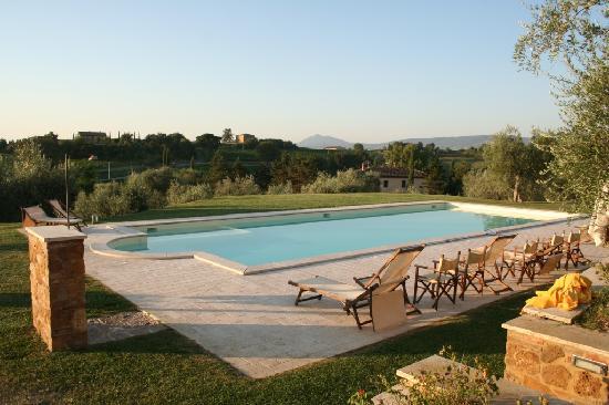 Relais Villa Grazianella - Fattoria del Cerro: Piscina con acqua salmastra