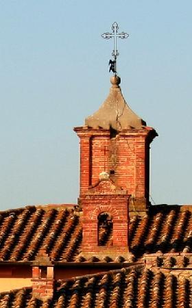 Relais Villa Grazianella - Fattoria del Cerro: Torretta con croce che attesta l'origine ecclesiale