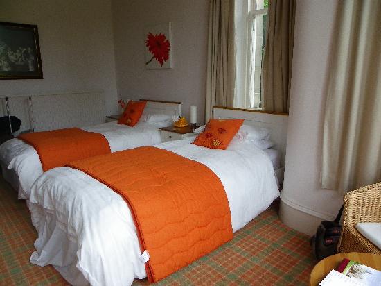 Chrialdon House: Twin bedroom