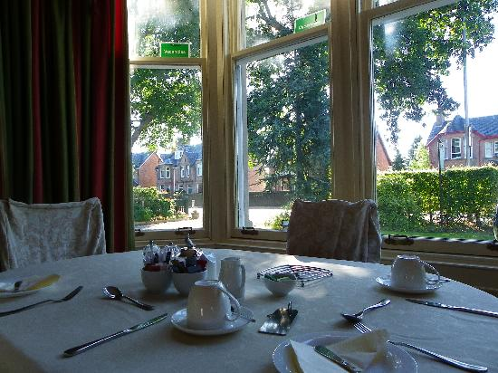 Chrialdon House : Breakfast table