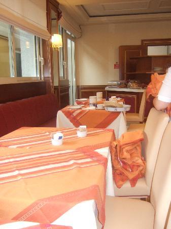 Hotel Residence Zust: Salle de petit dejeuner souvent en desordre