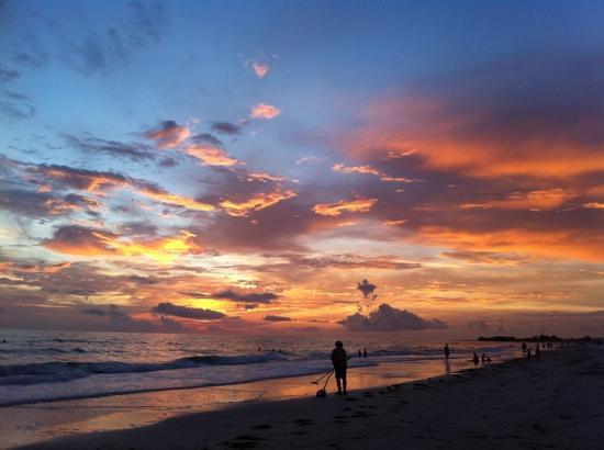 وايت ساندز بيتش ريزورت: sunset