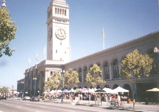 Ferry Building Marketplace: フェリービルの前の広場