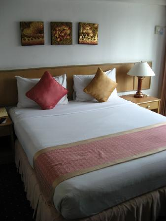 Samran Place Hotel: Double bed in standard room