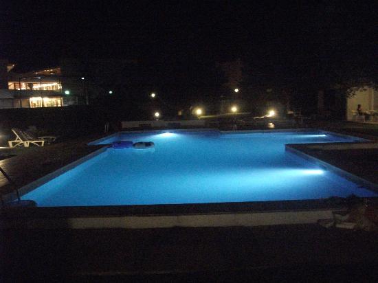 Apartamentos Habitat: Night time