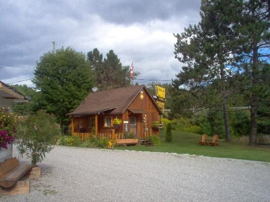 The Highlands Motel: Cabin available ( sleeps 5 )