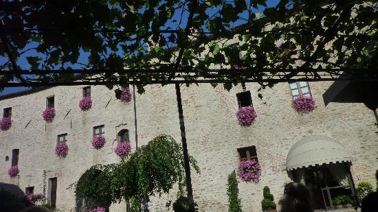 Hotel Castello di Sinio : Aout 2011 - La façade de l'hôtel, magnifique