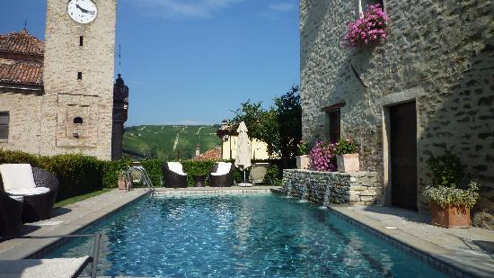 Hotel Castello di Sinio : Ete 2011 - La piscine de l'hôtel