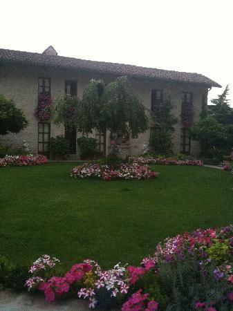 Hotel Castello di Sinio: l'hôtel et son jardin fleuri - Ete 2011