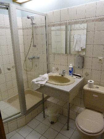 Hotel a l'Ancre: bagno con box doccia