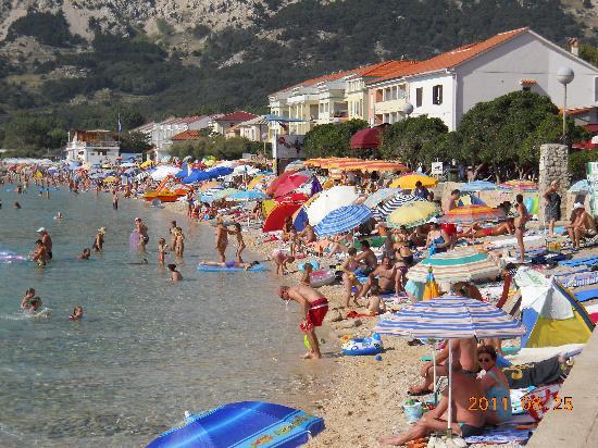 Krk Island, Kroatia: spiaggia di Baska super affollata