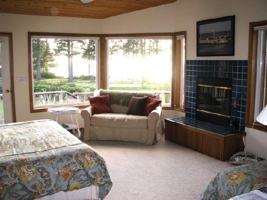 Floras Lake House Bed & Breakfast: North Room