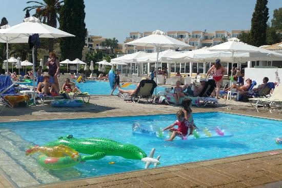 Louis Corcyra Beach Hotel: beachside paddling pool with main pool in background