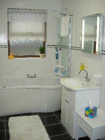Clenahoo House: Deluxe Suite Bathroom