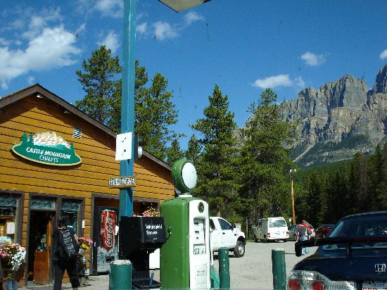 Castle Mountain Chalets: Store & gas at the entrance