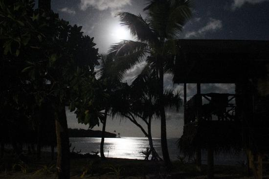 Matafonua Lodge: Our fale at 2am - lit by the moon and reflection on the bay