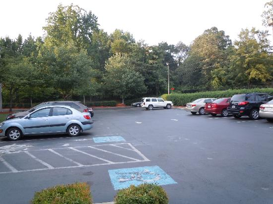 Microtel Inn & Suites by Wyndham Charlotte Airport: parking lot