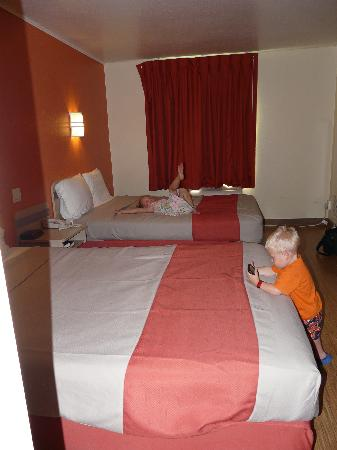 Red Roof Inn Traverse City: Room showing beds