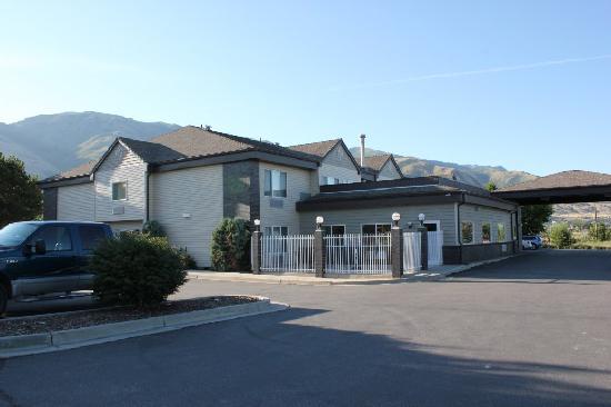 Crystal Inn Hotel & Suites Brigham City: ホテルの全景