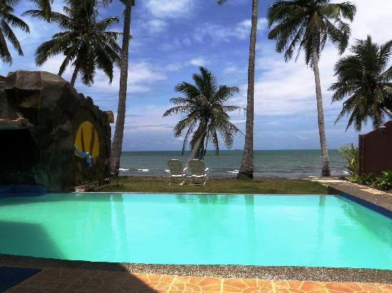 Crystal Paradise Resort & Winery: Your own private infinity pool and beach