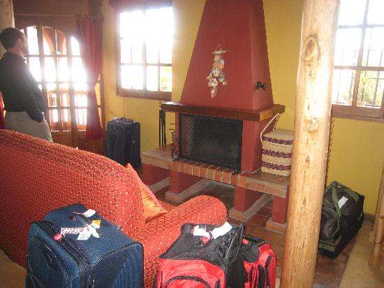 Quinua Villa Boutique: Living room with fireplace